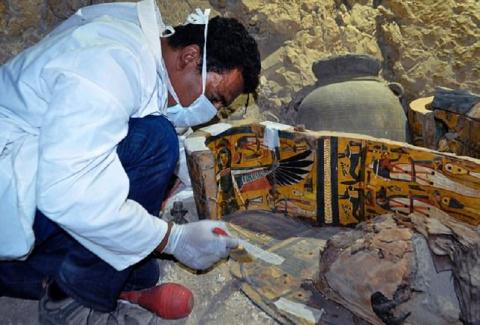 Восемь мумий и артефакты найдены в в 3 500-летней гробнице древнего города