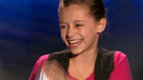Девочка спела песню «Улыбайс…