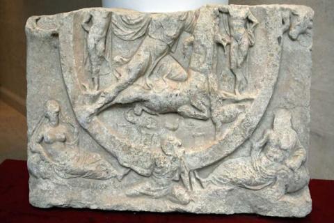 В Болгарии обнаружили уникальный мраморный барельеф, связанный с культом богу Митра