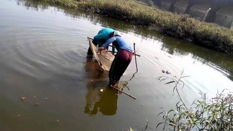 Рыбалка Раком -Новый метод Рыбной Ловли??? Или они ЗОЛОТО моют)))