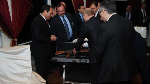 Необычные подарки Владимира Путина: от автомата до примуса