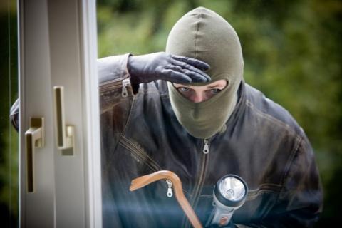 Домушник ковыряется в дверном замке одной из квартир, и тут слышит голос из динамика рядом с дверью!