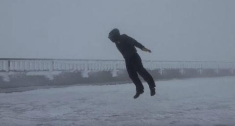 Мужчина против ветра скорост…