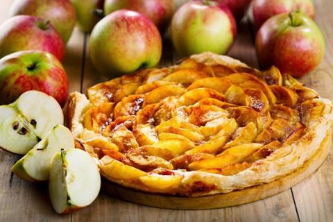 Плоский пирог с яблоком