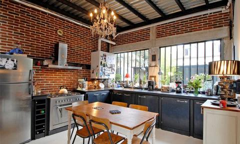 Кирпичные стены в интерьере кухни - правила декорирования и креативные фото идеи.