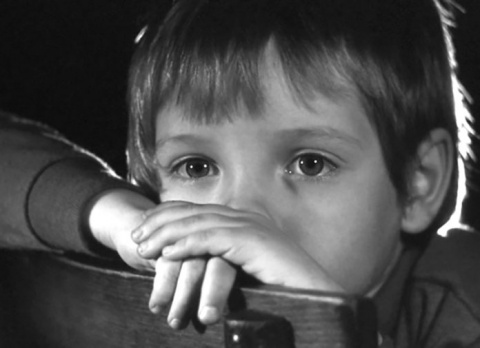 Женщина видела, как мальчик дрожит от холода и смотрит в окно. После того, что он сказал ей — она потеряла дар речи!