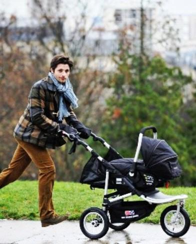 Трогательная история любви и заботы — каждый день он приходит в парк с коляской, но без ребенка...