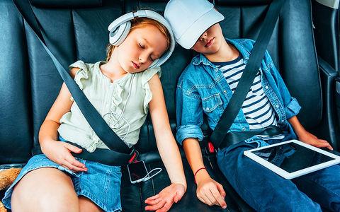 Чем занимаются дети в машине…