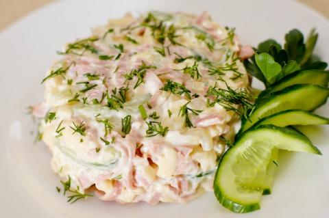 Вкусный салат с ветчиной и сыром