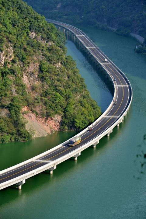 Дорога по воде. Вот бы такую в Крым!