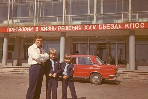 Возле Дворца Ленина...