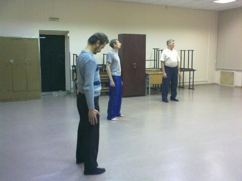 Олег, Александр и Юра делают упражнение.