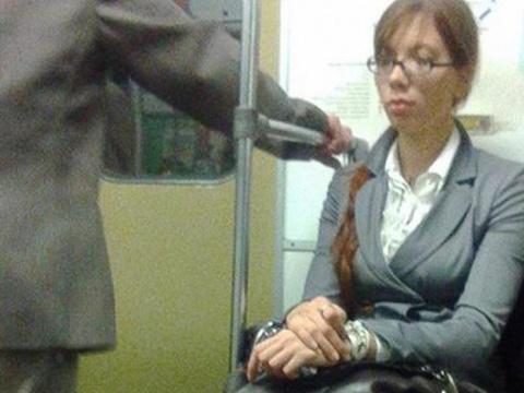 Пассажир в метро заметил карманницу. От того, что она сделала потом — он взорвался слезами!