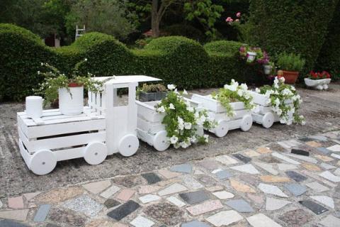 Клумба-паровозик из деревянных ящиков