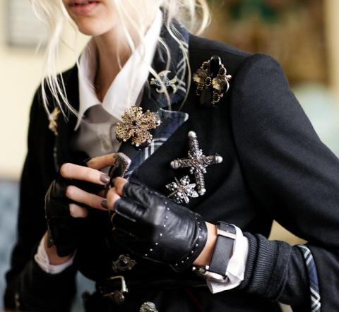 Брошь: 7 способов носить этот аксессуар стильно