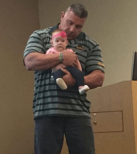 Она пришла на лекцию с младе…