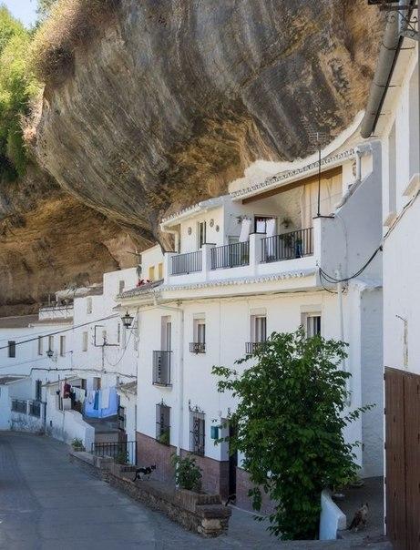 Сетениль-де-лас-Бодегас - один из удивительных белых городков Испании