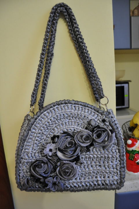 сумочка из атласных ленточек, украшена ленточками из органзы и атласа, текстильные бусины. акриловые бусины, бисер чехия внутри кармашек. застежка- кнопка магнит.