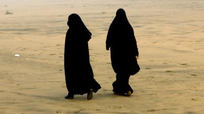 Двух женщин в паранджах снял…