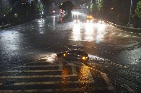 В Японии тайфун выбросил на волнорез сухогруз с российской командой на борту
