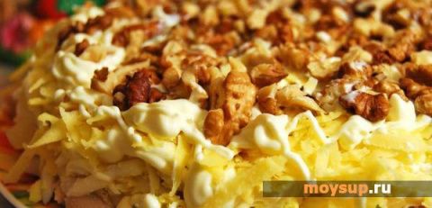 Куриные салаты с сыром и орехами