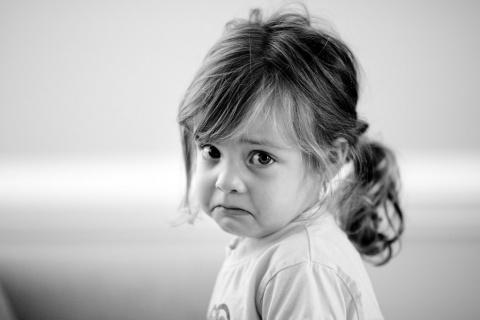 Утро. Дочь 5 лет одевается в садик...