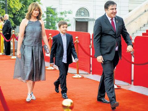 Саакашвили блокирует в России продажу скандальной книги