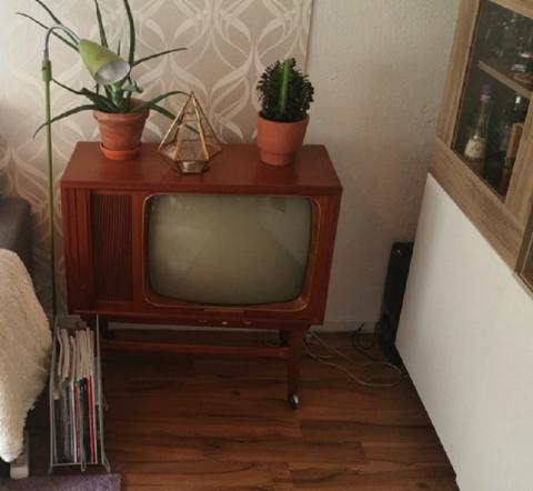 Он разобрал старый телевизор…