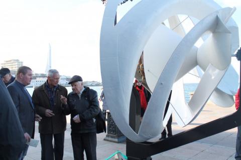На Приморском бульваре Севастополя появилось необычное ветроколесо (фото, видео)
