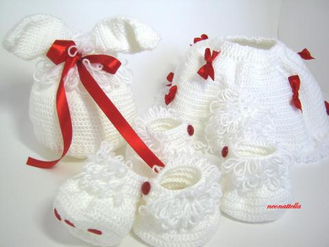 Комплект для девочки. Возраст 0-3 мес. Состоит из шапочки,юбочки с хвостом, и двух пар пинеток-бочонков с имитацией подушечек на лапках. Пинетки-бочонки для одевания на ручки и на ножки одновременно.