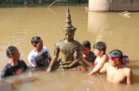 Древнюю статую Будды обнаруж…