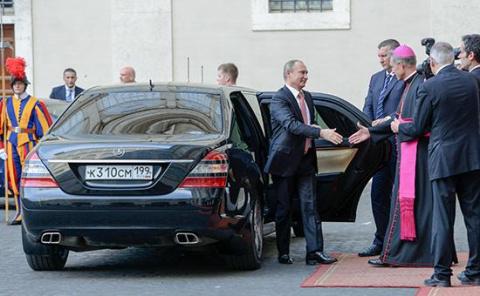 Кремль объяснил причины опоздания Путина к папе римскому