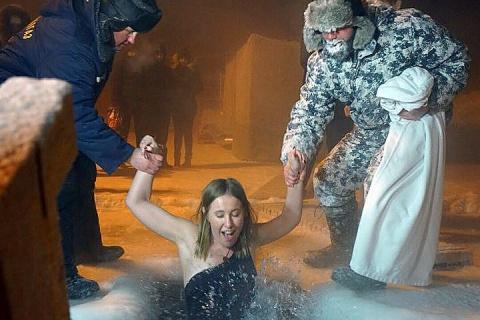 Ксения Собчак залезла в ледяную прорубь