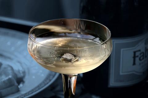 Шампанское для красоты: 5 способов улучшить состояние волос и кожи
