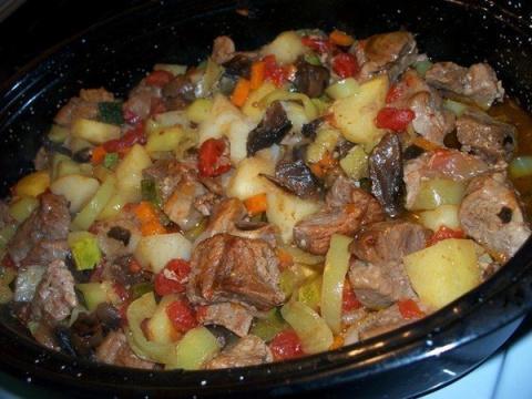 Это блюдо всегда получается вкусным — жаркое в духовке с мясом и грибами!