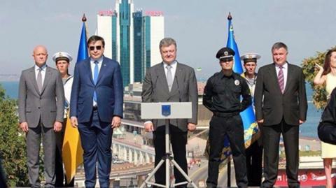 Пользователи Сети высмеяли костюм Саакашвили в фотожабах