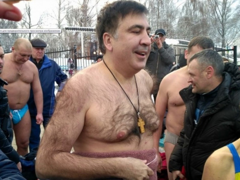Обнаженной Саакашвили впервые искупался вледяной крещенской проруби