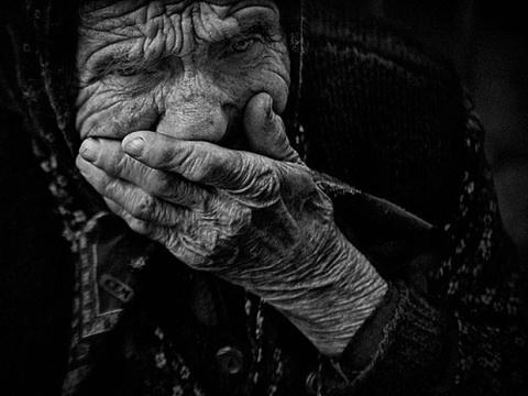 Стоит старушка, плачет у окна.