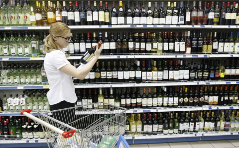 Россиянам в кризис предложили имитирующие виски и ром напитки