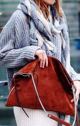 Street style-подборка: объёмные вязаные свитеры, джемперы, накидки и платья - тренд сезона