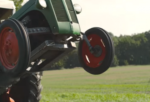 Забавная реклама — дрифт на тракторе