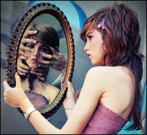 Чего нельзя делать перед зеркалом?
