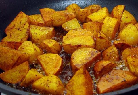 Жарим картошечку c румяной корочкой: простые секреты простого блюда