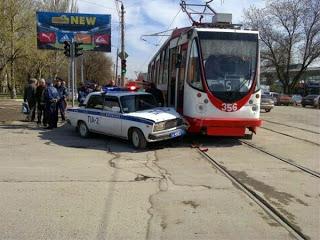 Гаишник врезался в трамвай