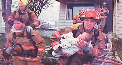 Пожарный вынес из огня мален…