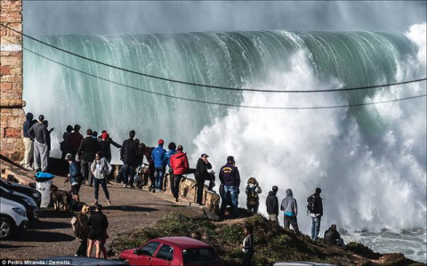 Волны-монстры напугали жител…