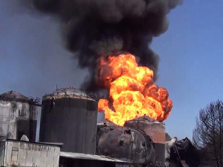 Пожар на нефтебазе под Киевом вспыхнул с новой силой