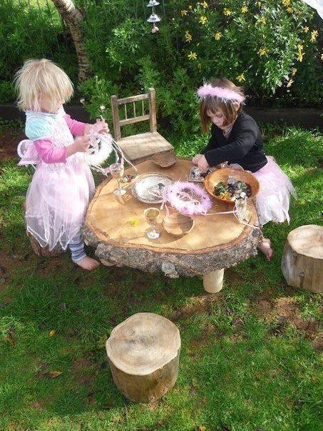 Стол из куска дерева для детской площадки