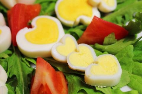 Куриные яйца в форме сердечка или как красиво украсить стол