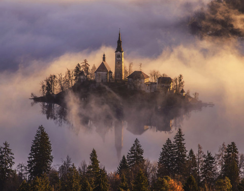 Потрясающий восход солнца над озером Блед в Словении